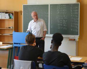 SPD-Bundestagsabgeordneter Matthias Bartke diskutiert mit Zehntklässlern der Katholischen Schule Altona.