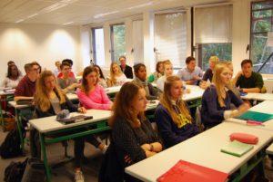 Aufmerksame Zuhörer der Oberstufenklasse im gesellschaftswissenschaftlichen Profil